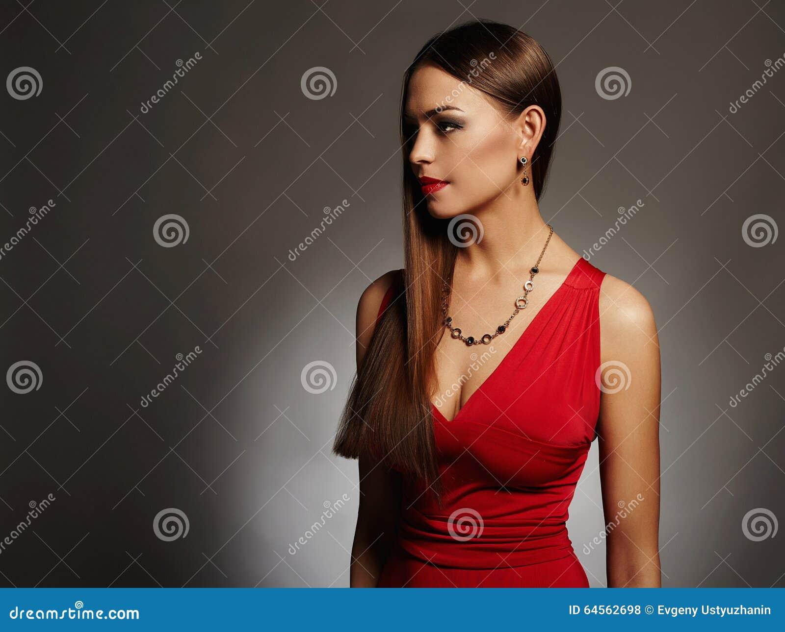 44399b67c46b Giovane bella donna sexy Ragazza castana di bellezza con l ente perfetto  Signora elegante in vestito rosso