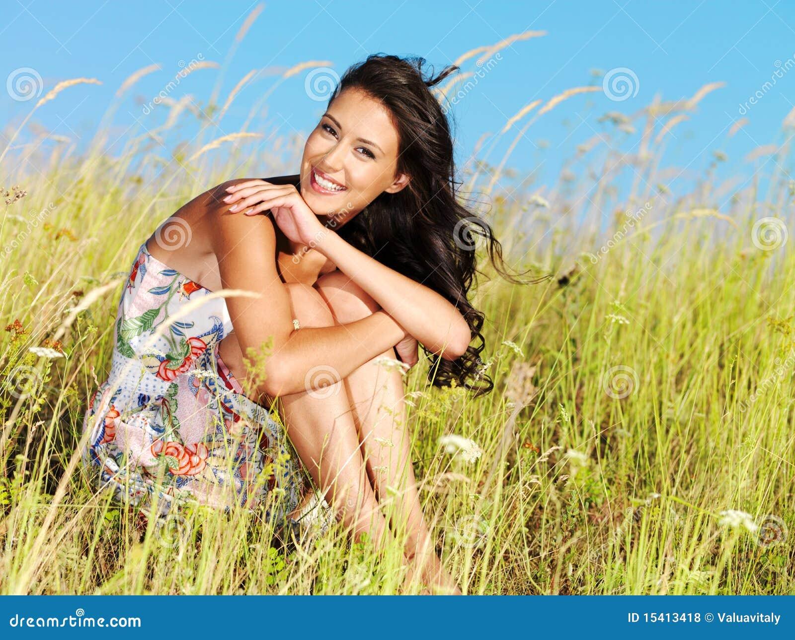 Giovane bella donna sorridente all aperto
