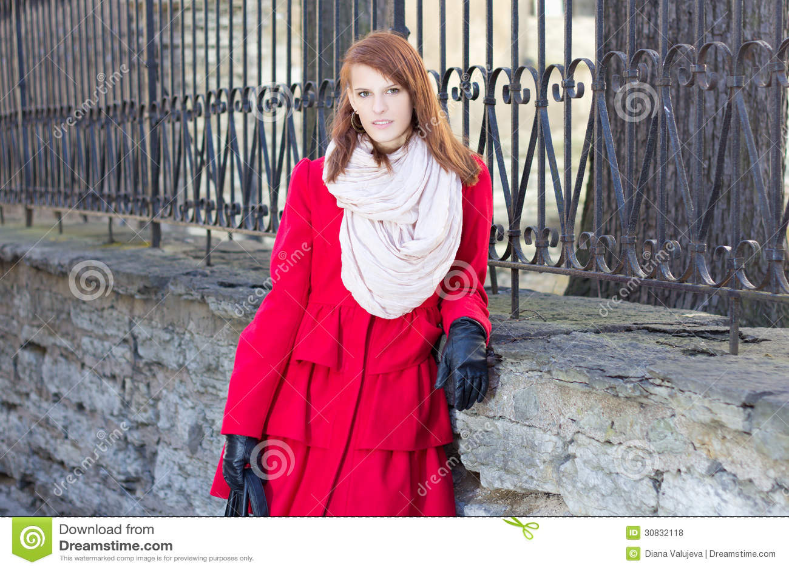 Giovane bella donna vicino al recinto del metall