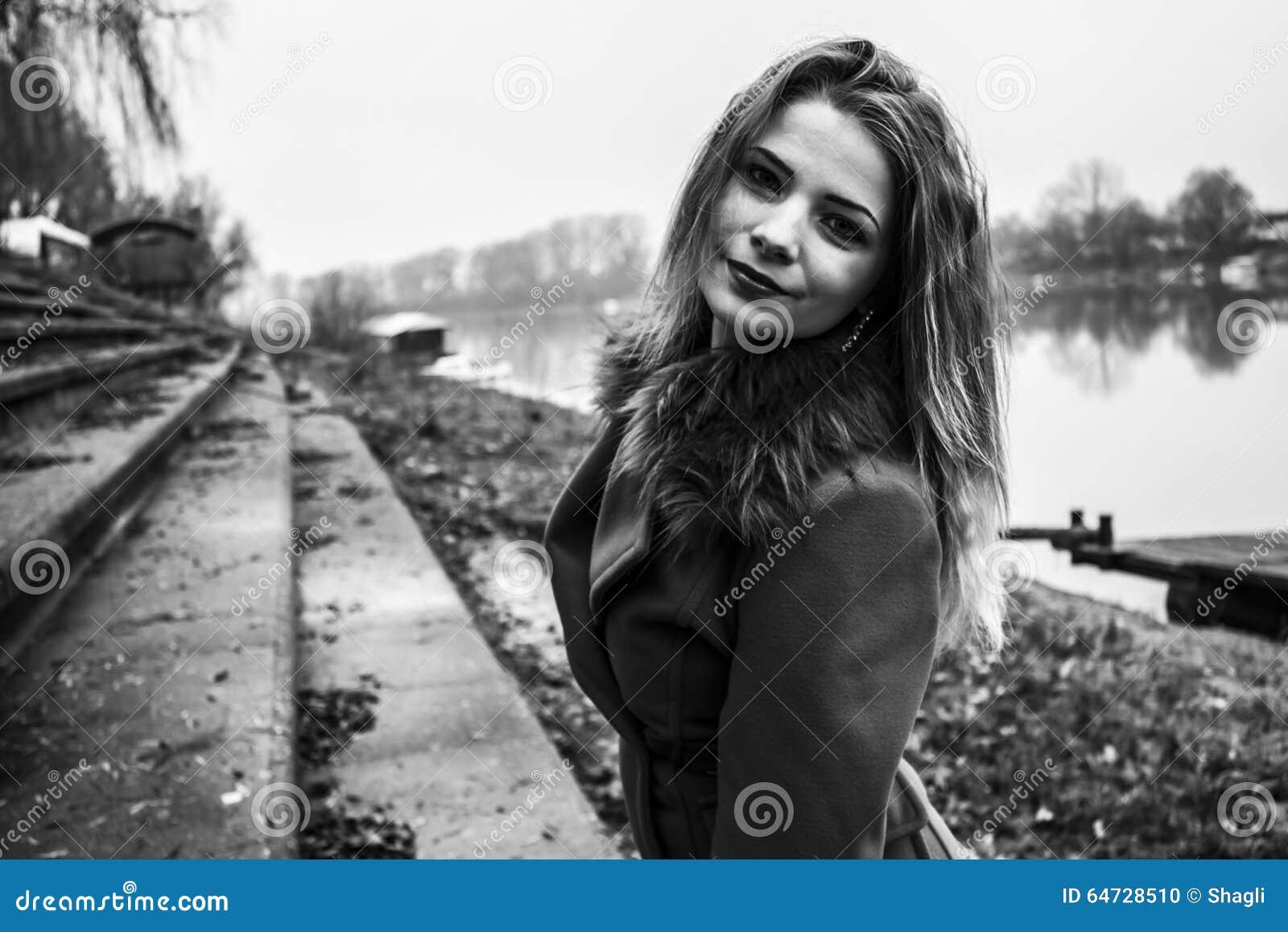Giovane bella ragazza in bianco e nero