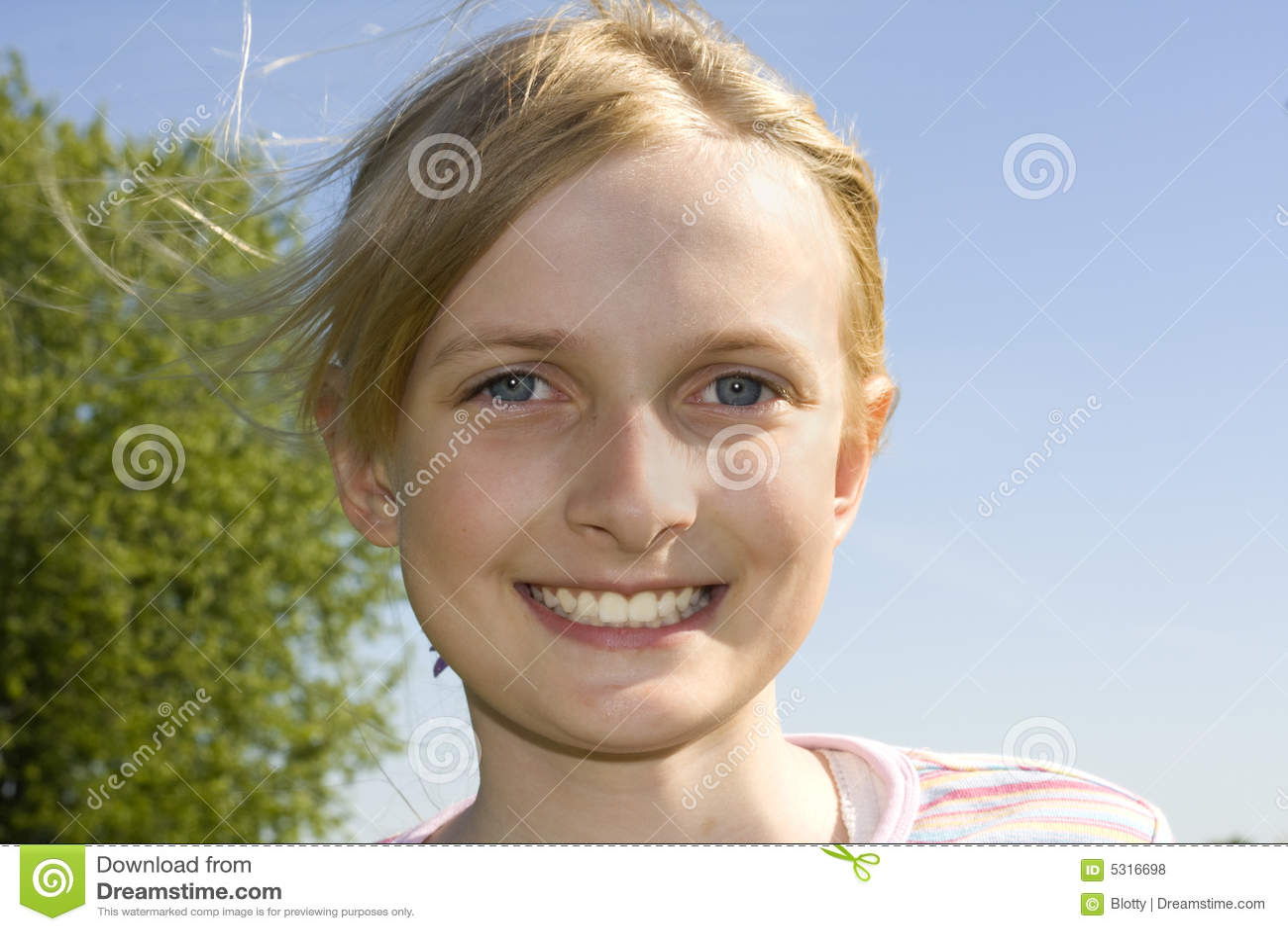 Download Giovane Bella Ragazza Sorridente Fotografia Stock - Immagine di felicità, denti: 5316698