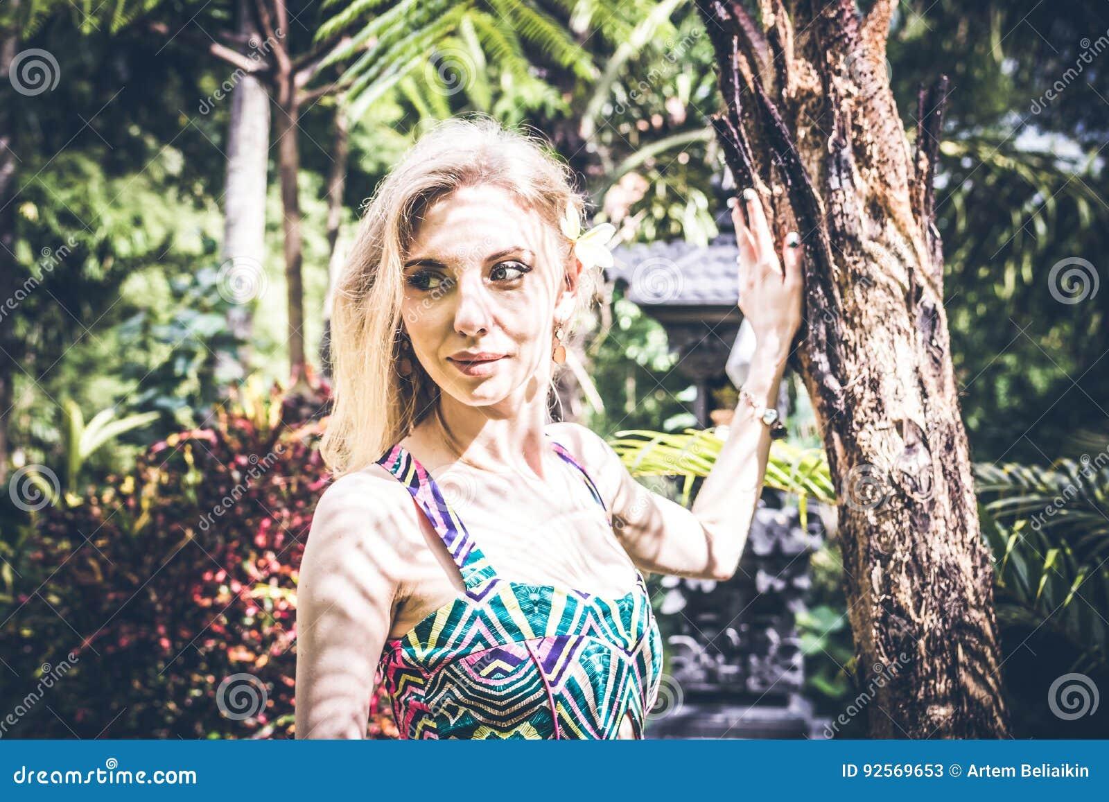 Giovane bellezza bionda sexy in una foresta pluviale dell isola di Bali, Indonesia