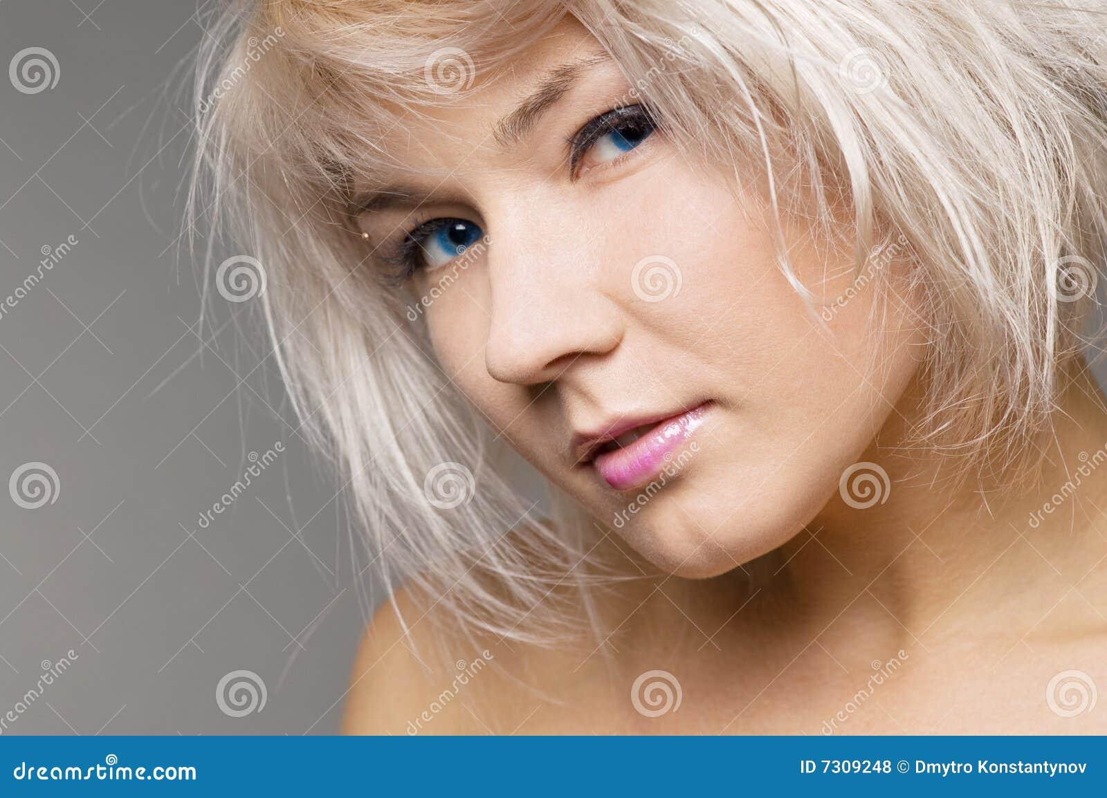 Giovane biondo attraente con gli occhi azzurri