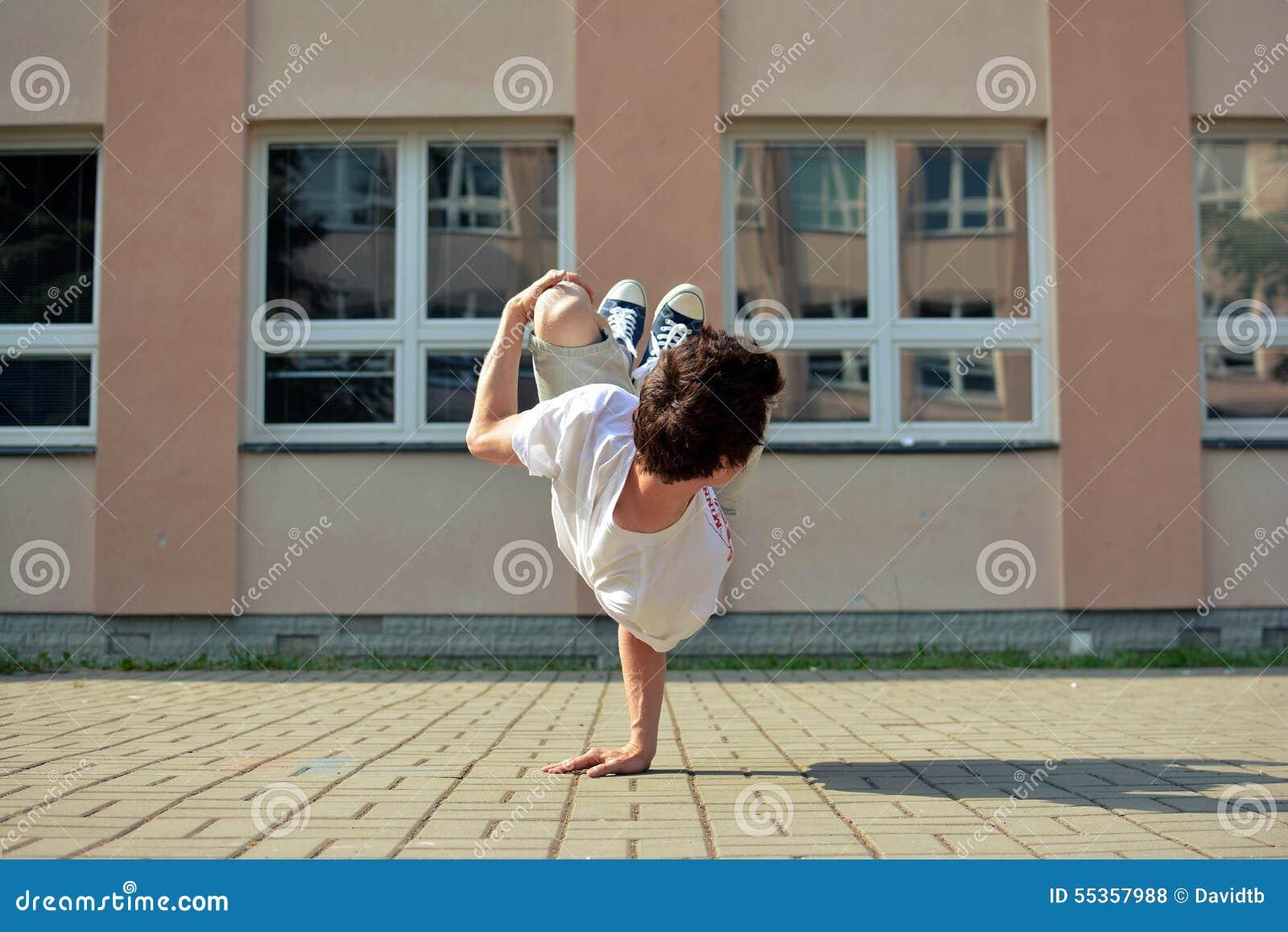 Giovane break-dance di dancing del ragazzo sulla via