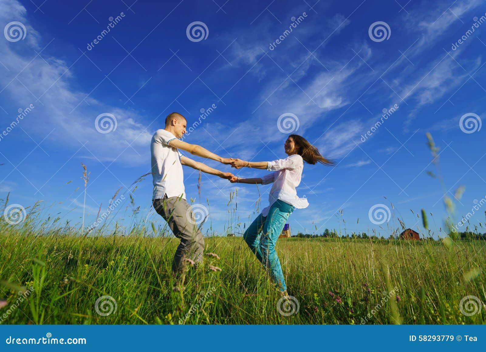Giovane camminare delle coppie