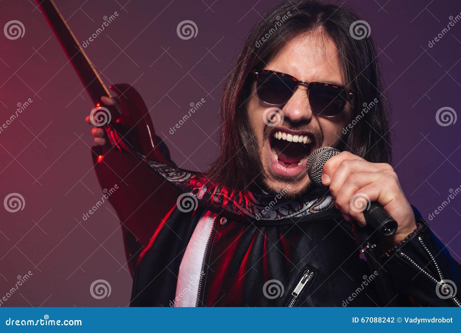 Sole In Occhiali Che Da Cantante Giovane Brutale E Emozionante Canta KTF1lJ3c
