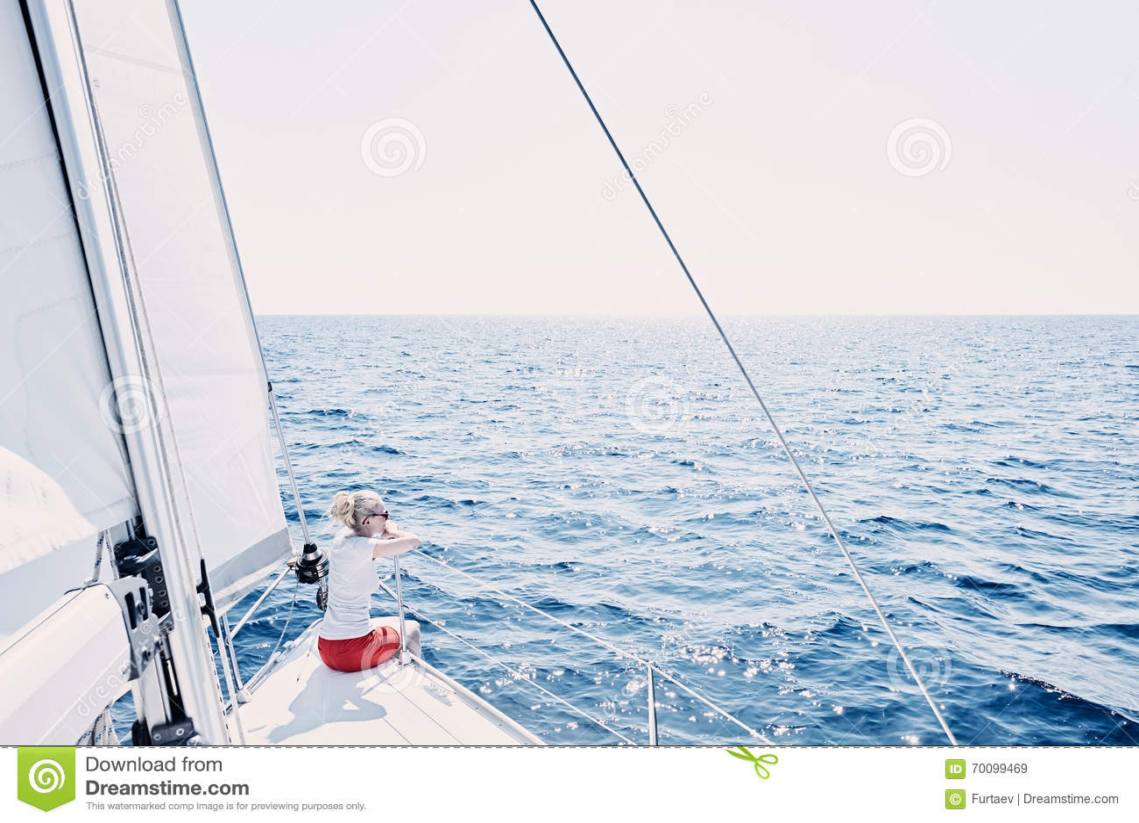 Giovane capitano della barca a vela