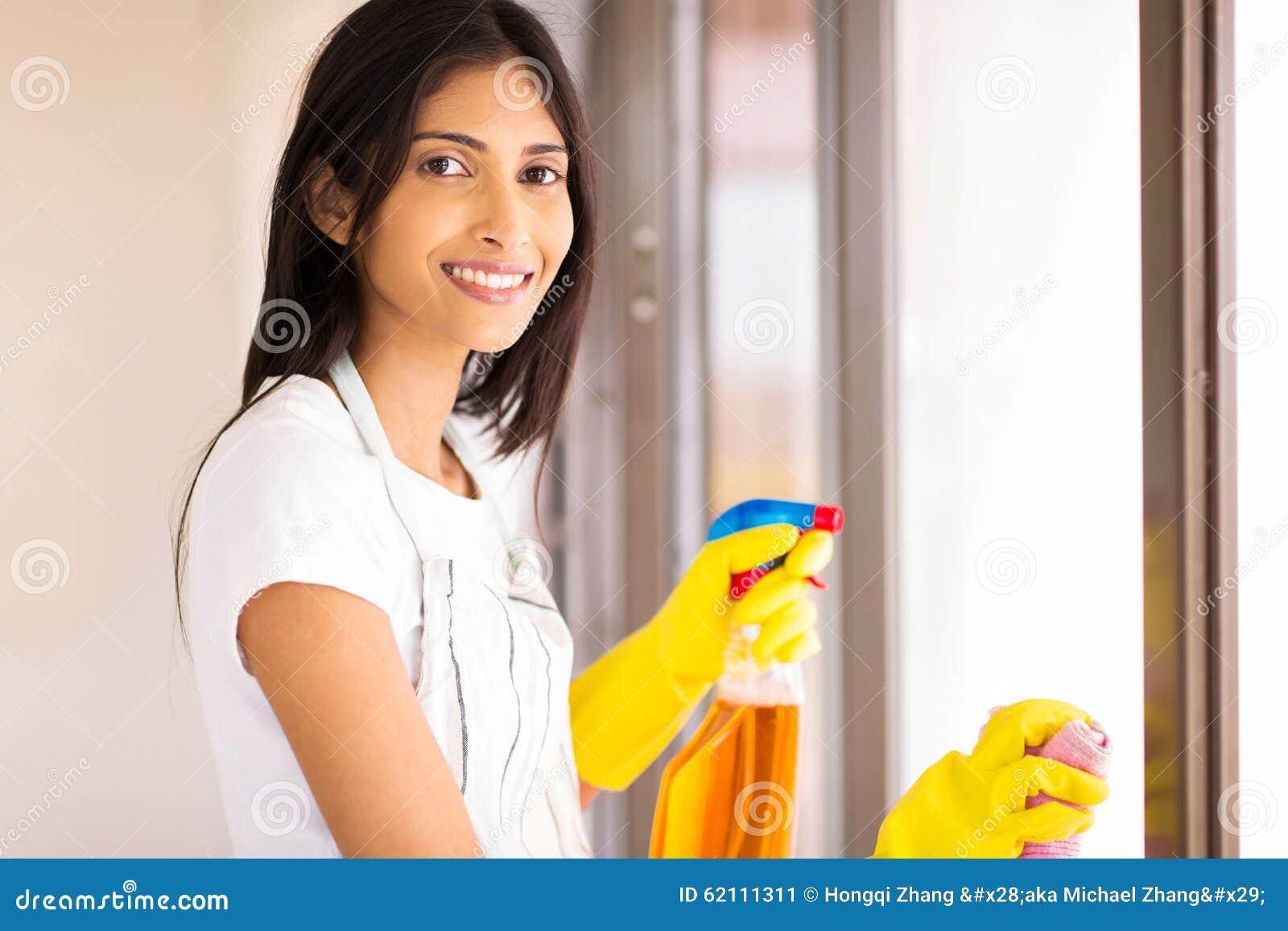 Giovane casalinga indiana