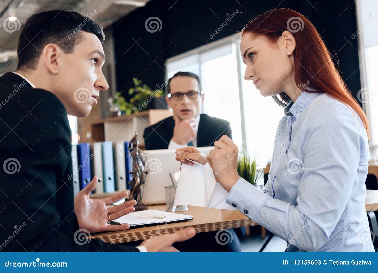 Giovane certificato di matrimonio dai capelli rossi dello strappo della donna, esaminante uomo indignato