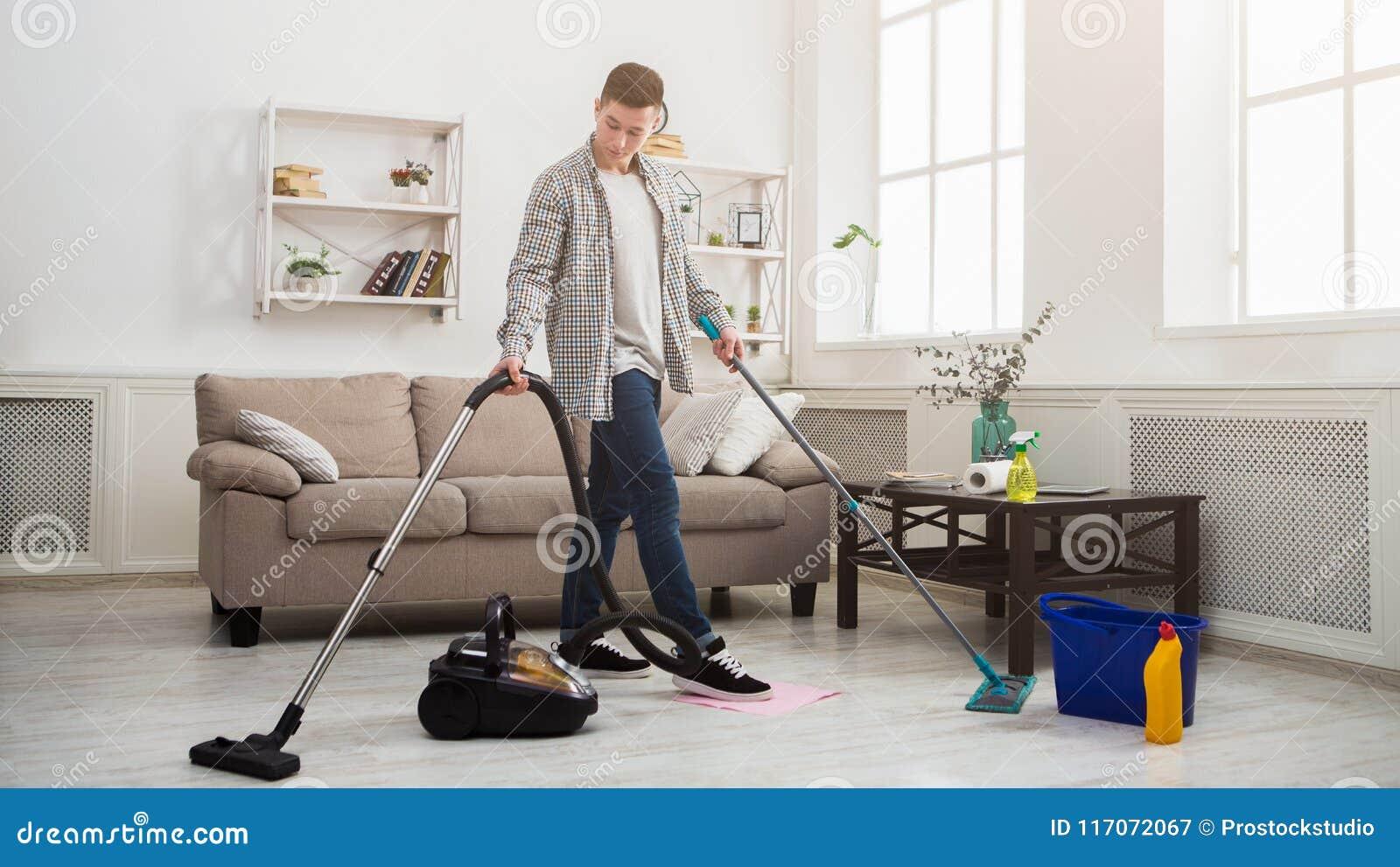Giovane che fa piazza pulita con i lotti degli strumenti