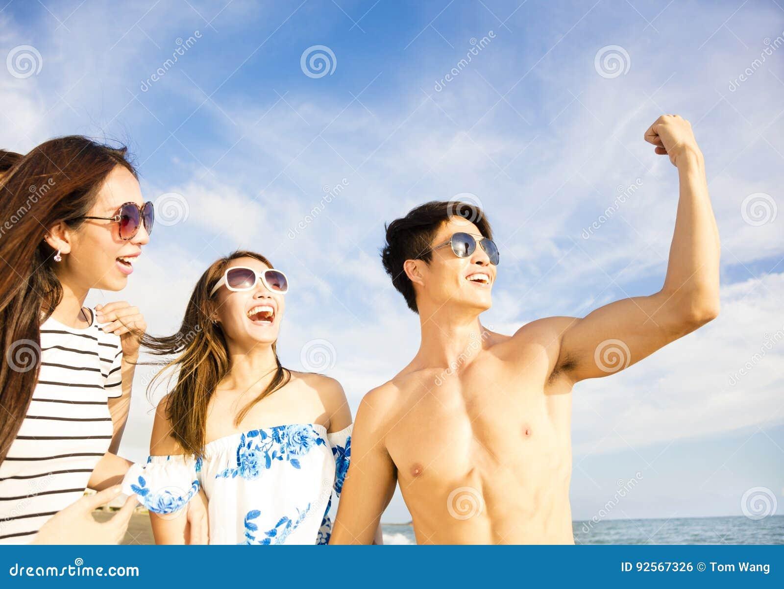 Giovane che mostra ai suoi amici i suoi grandi muscoli