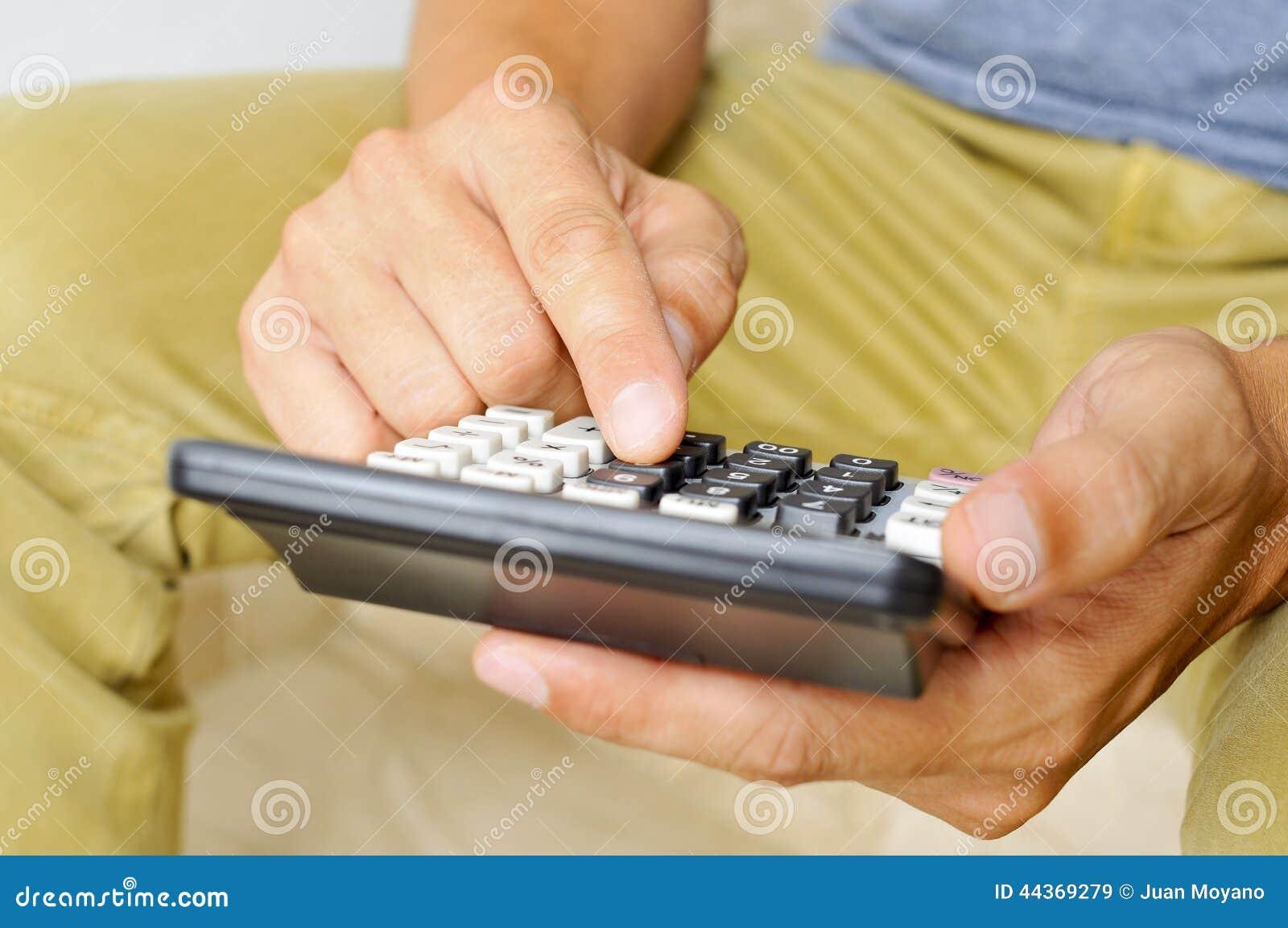 Giovane che per mezzo di un calcolatore