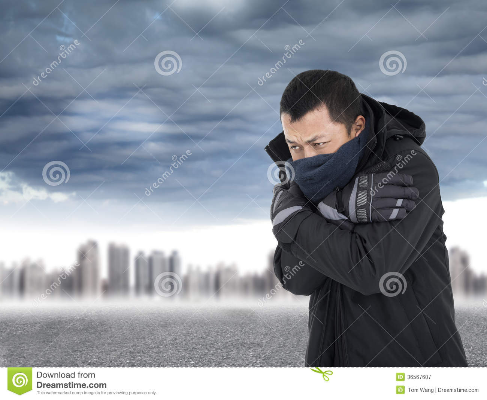 Giovane che stringe corpo in freddo di aria aperta