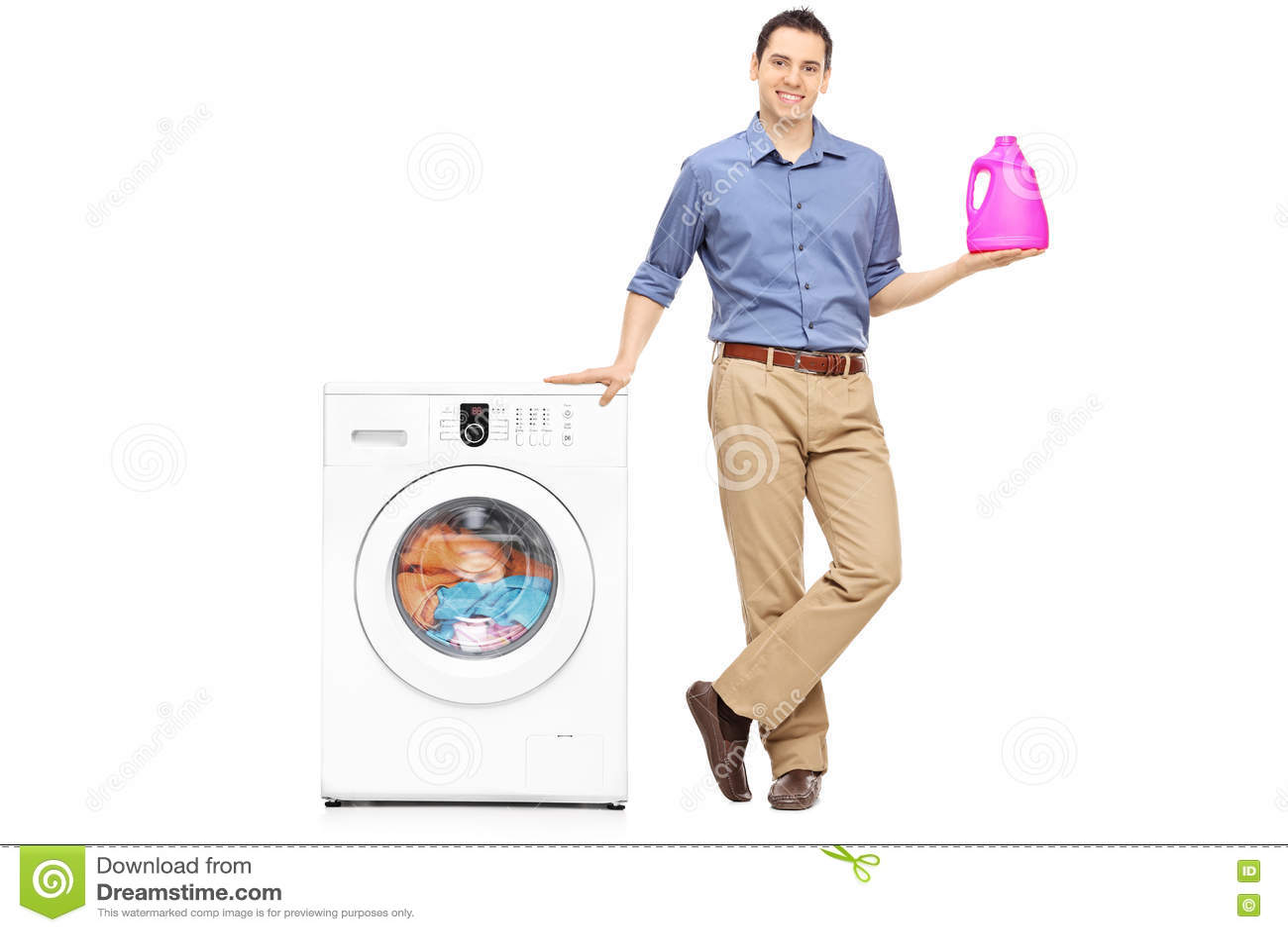 Giovane che tiene un detersivo di lavanderia