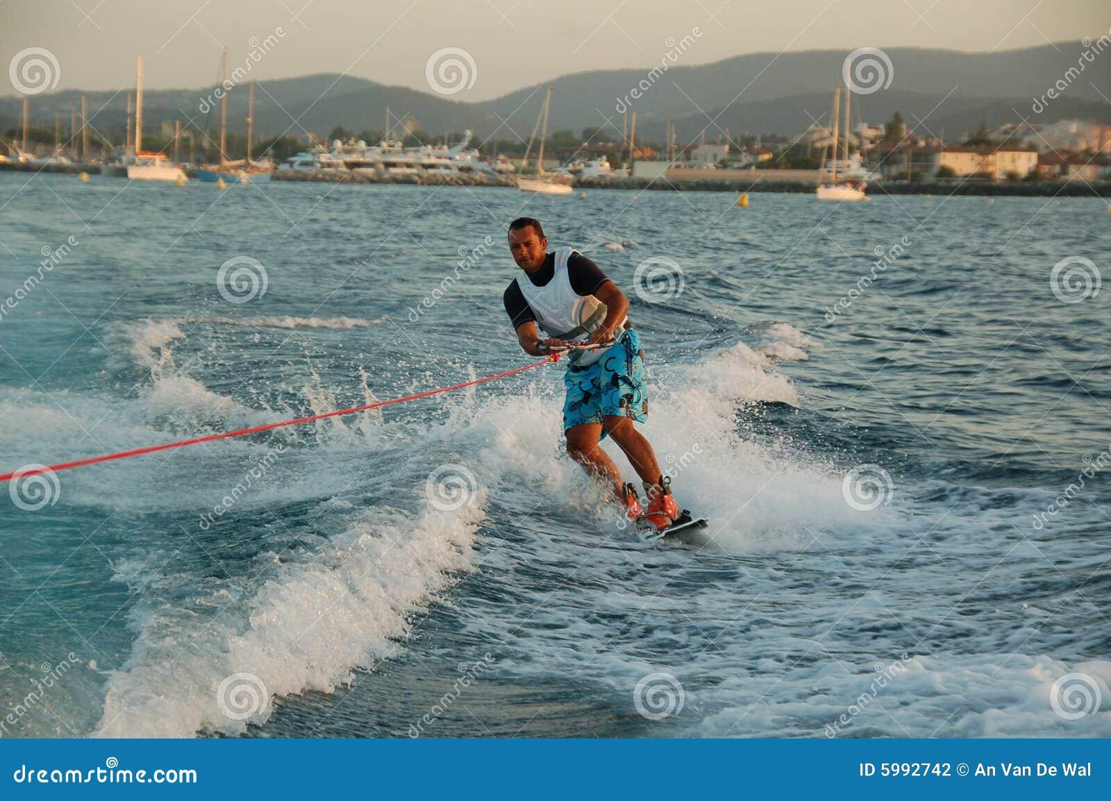 Giovane che wakeboarding