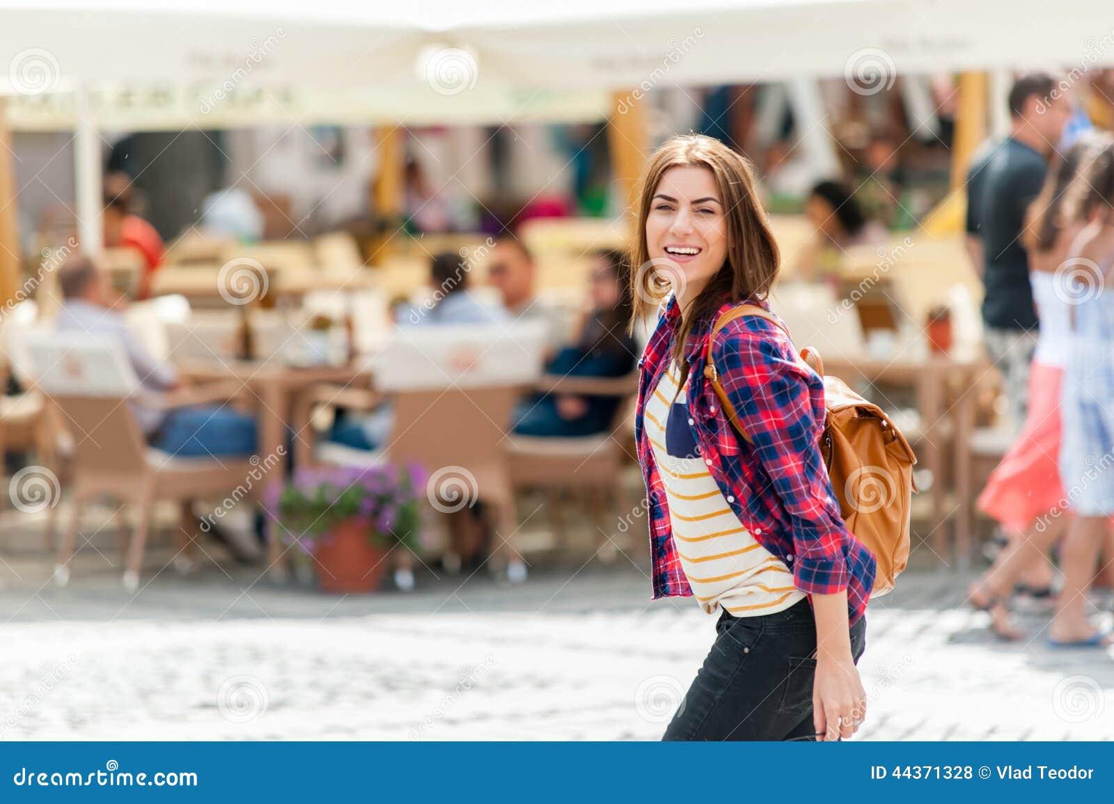 Giovane città attraente di visita della donna