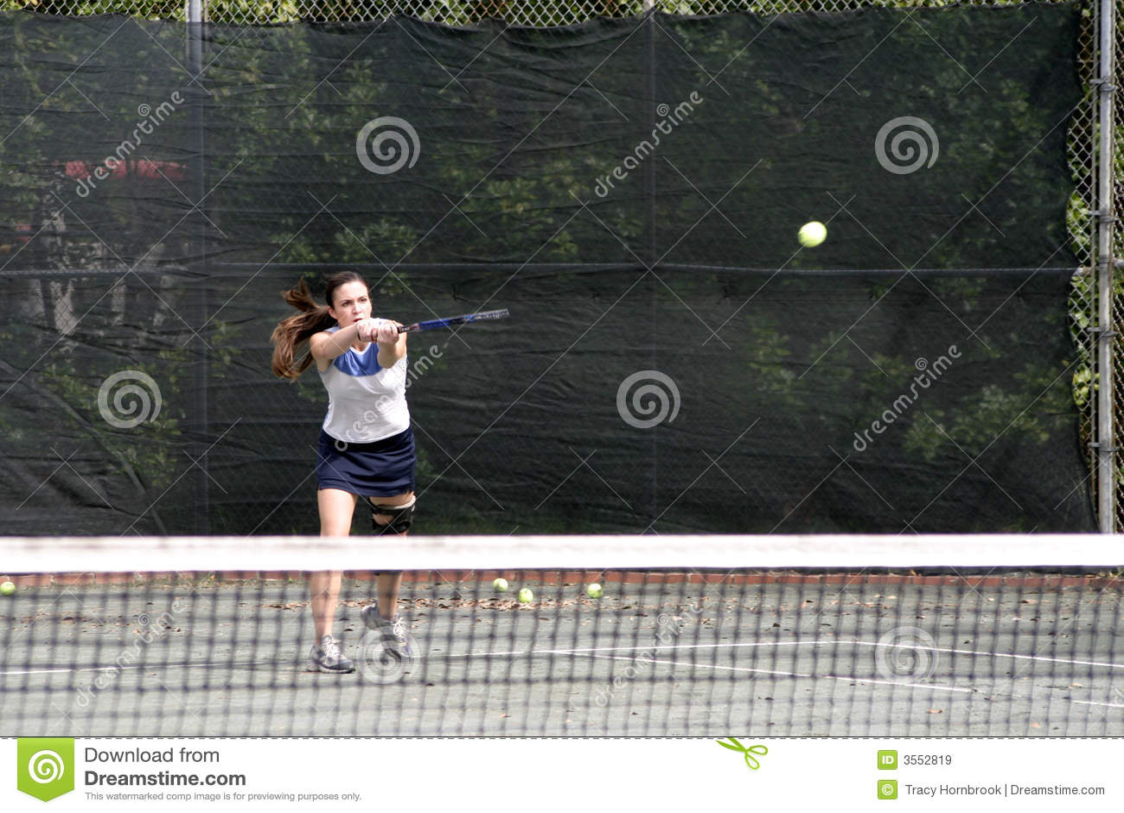 Giovane colpire del giocatore di tennis