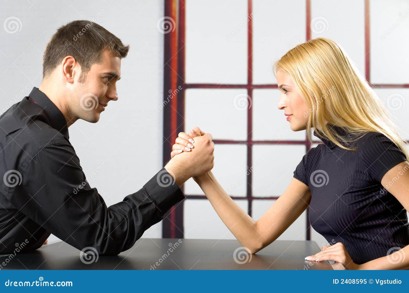 Giovane combattimento delle coppie