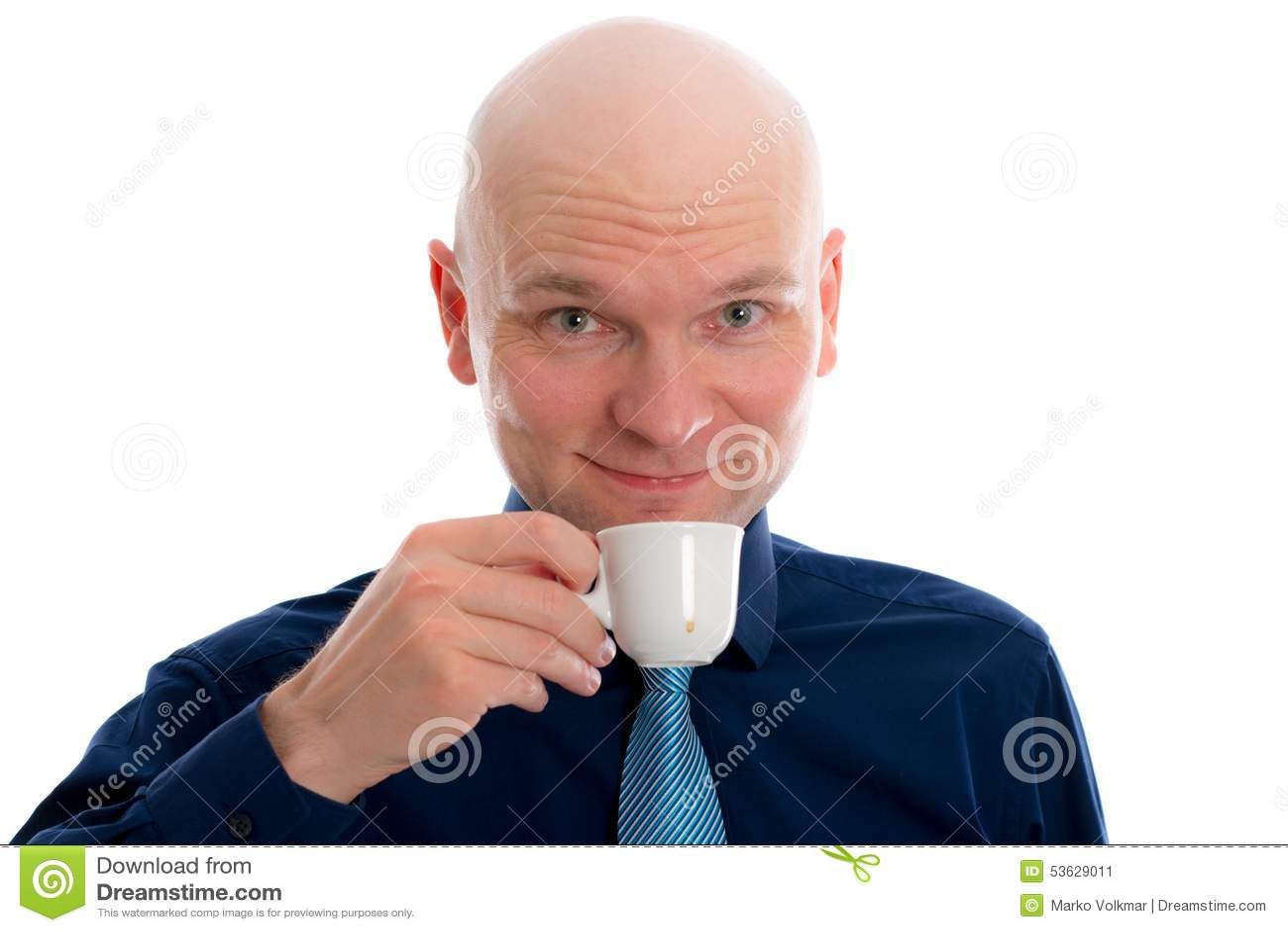 Giovane con il caffè espresso bevente della testa calva