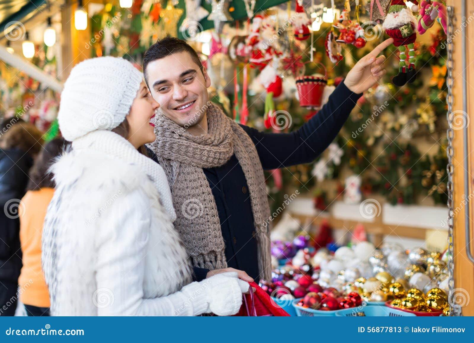 Giovane con l amica al mercato di natale