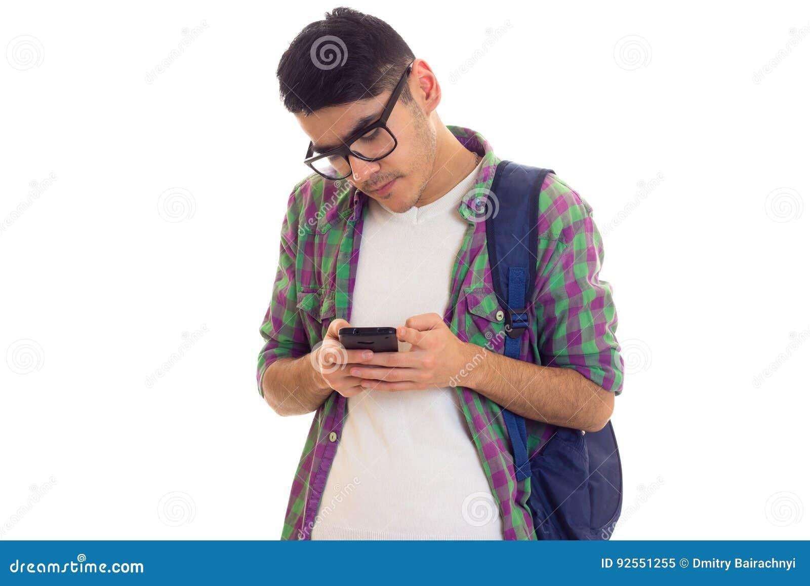 Giovane con lo zaino e lo smartphone