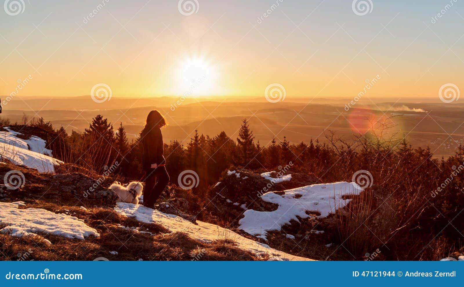 Giovane contro il Sun di inverno