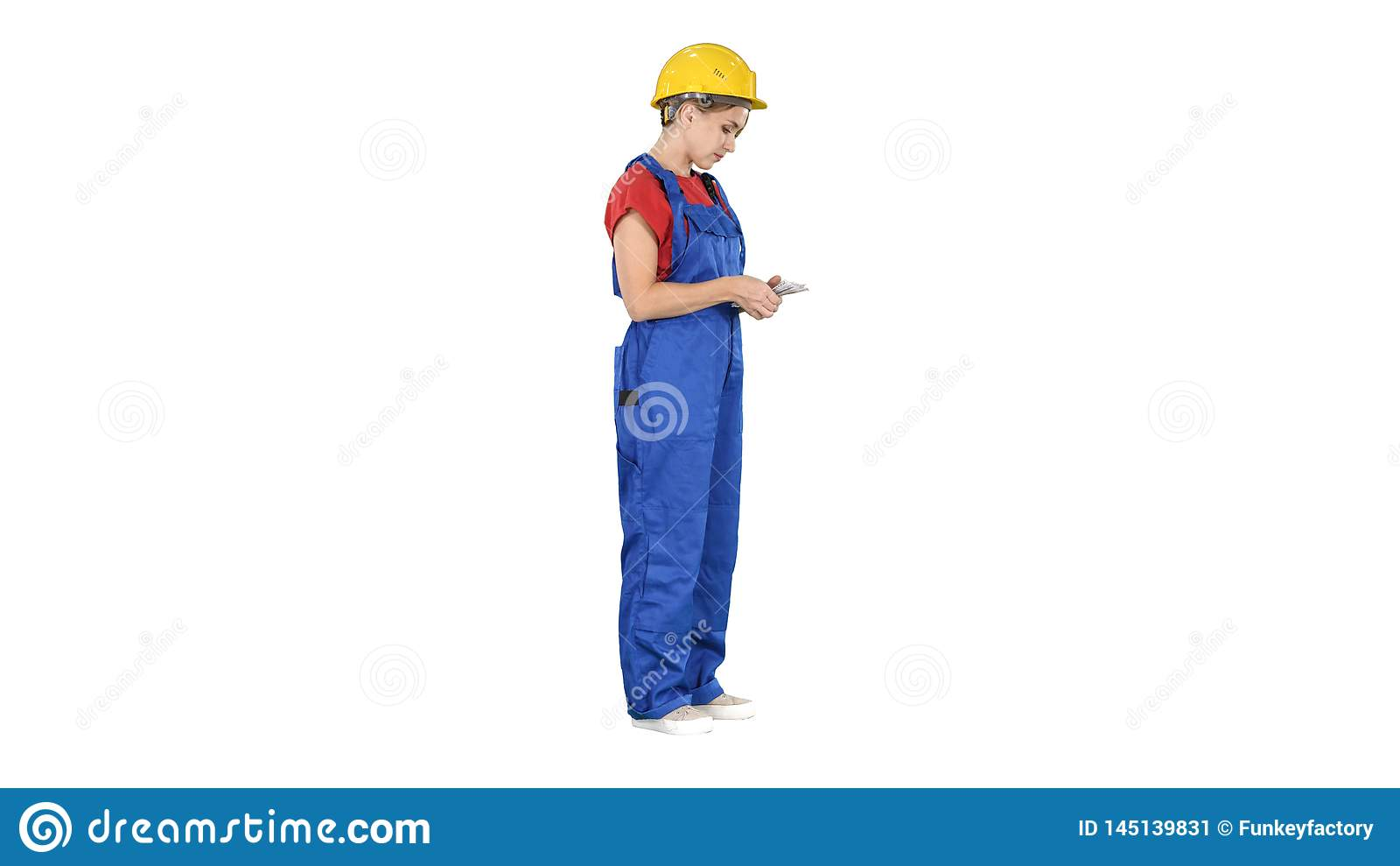 Giovane costruttore felice che conta i suoi soldi su fondo bianco