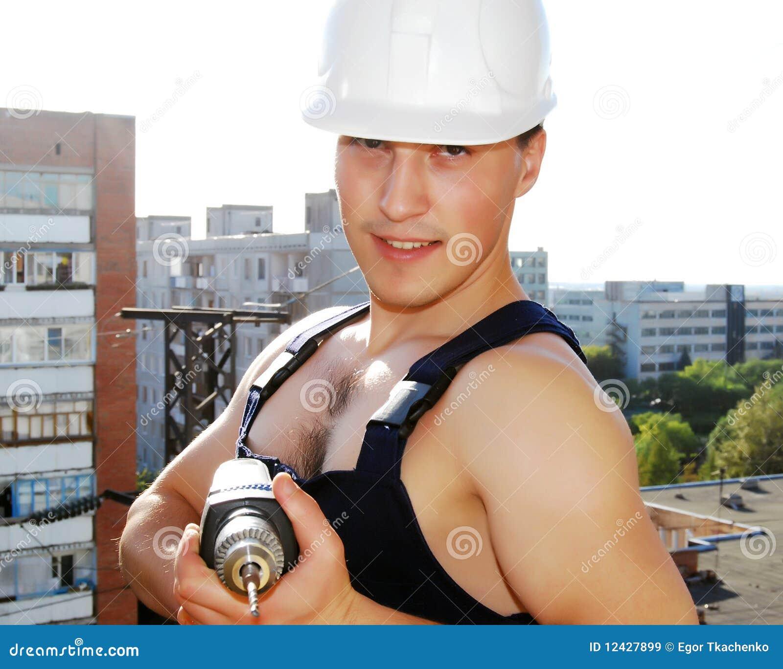 Giovane costruttore muscolare.
