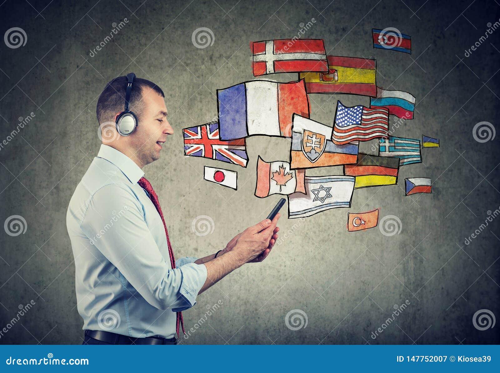 Giovane in cuffie che impara le lingue differenti