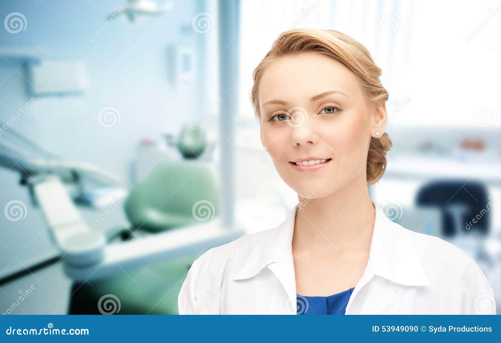 Giovane dentista femminile felice con gli strumenti