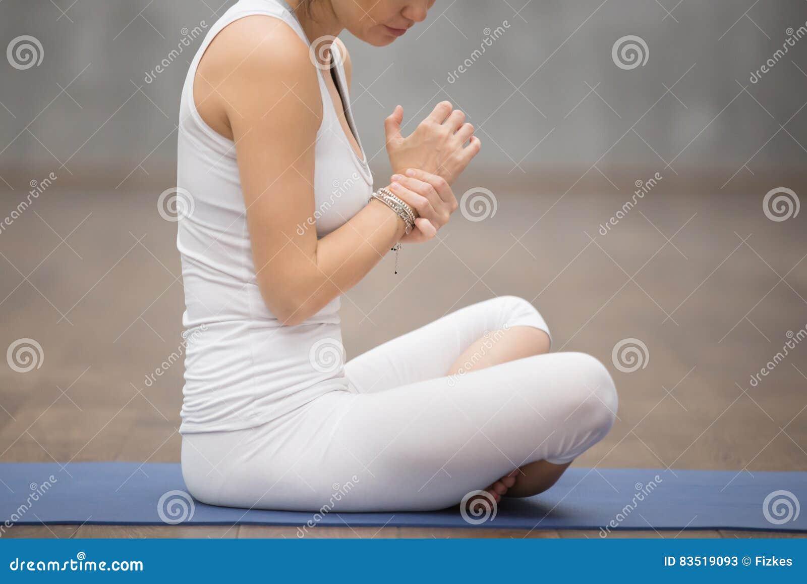 Giovane dolore del polso di sensibilità della donna di sport