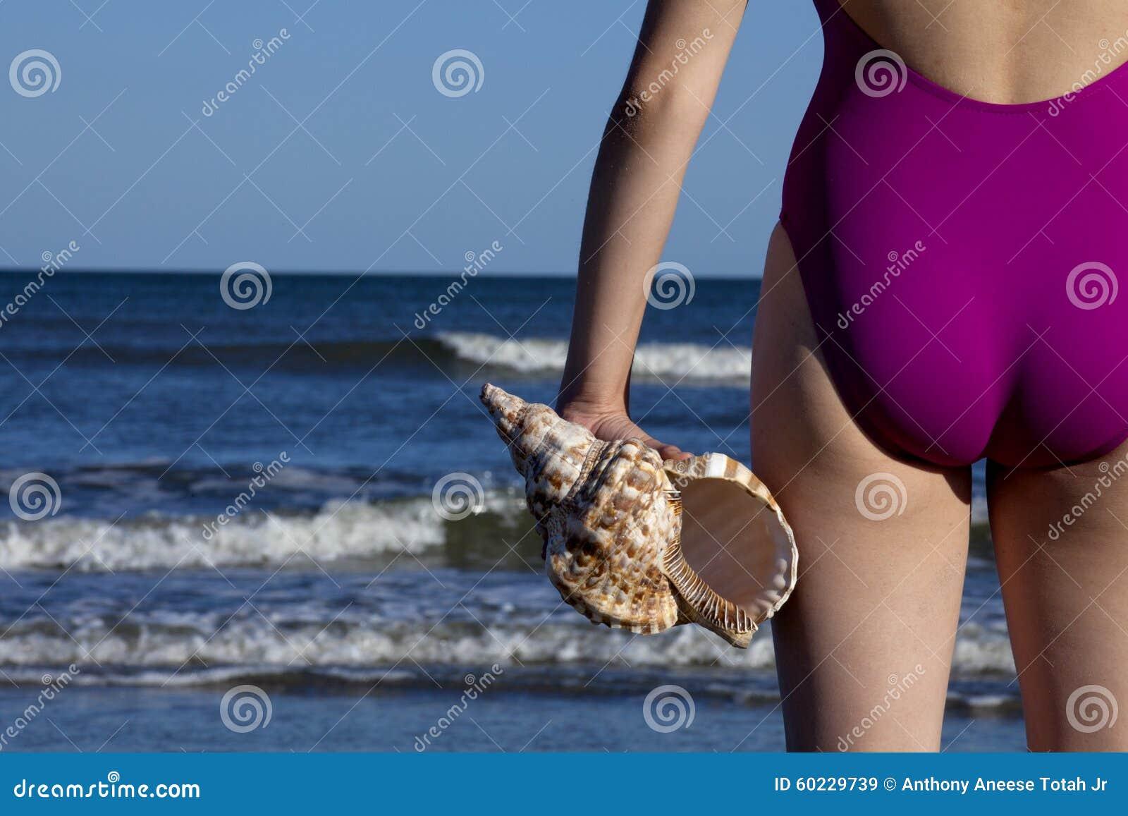 Costume Da Bagno Conchiglia : Giovane donna adulta che tiene una conchiglia di tritone immagine