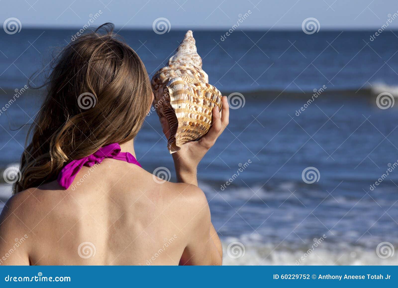 Costume Da Bagno Conchiglia : Bambina in un costume da bagno con una conchiglia u foto stock
