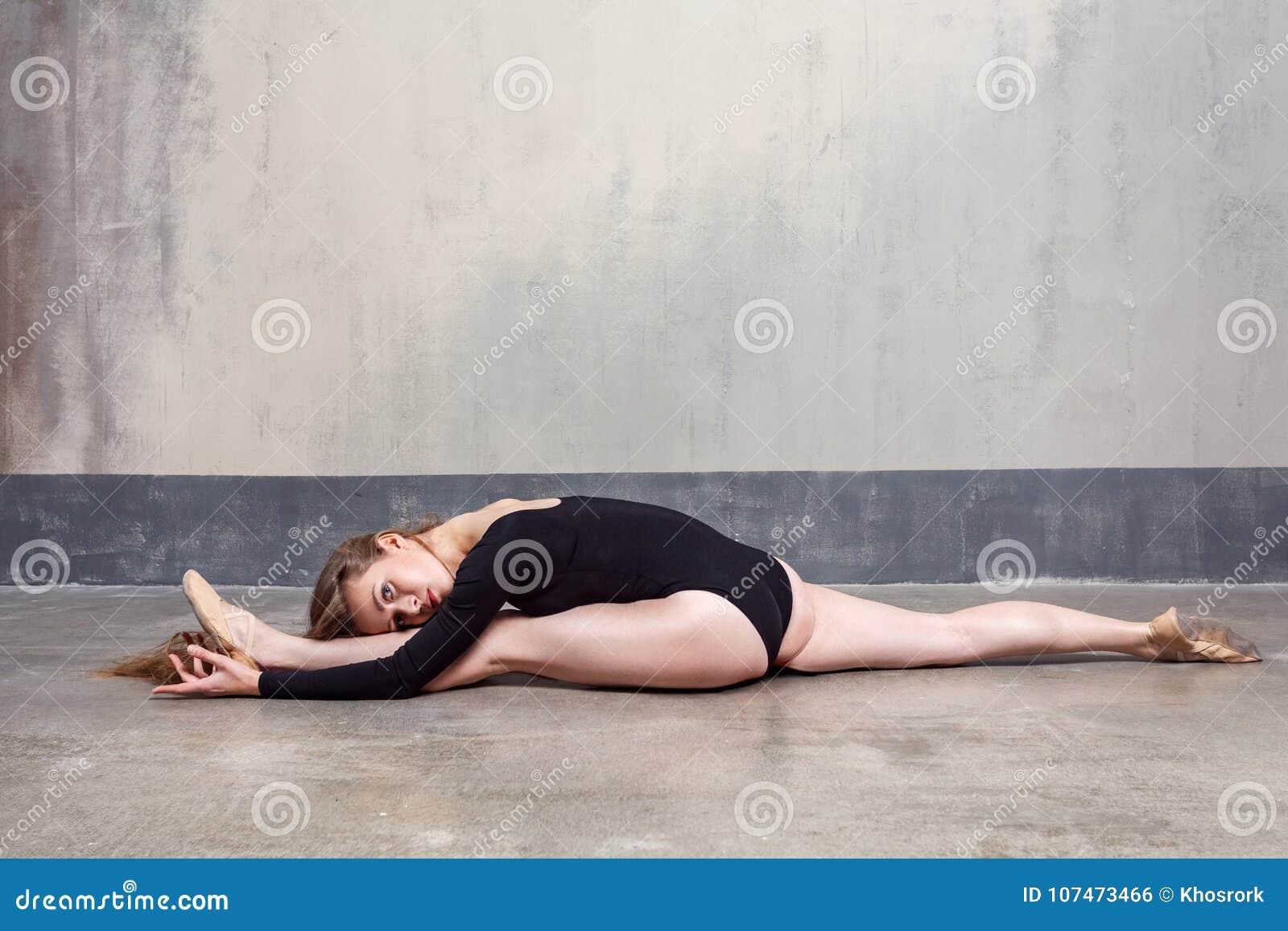 Giovane donna adulta snella affascinante che fa le spaccature