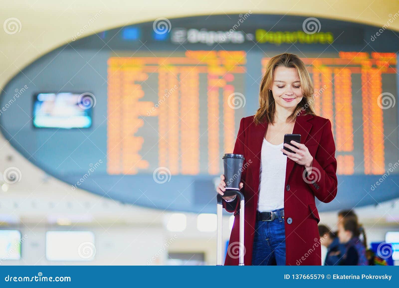 Giovane donna in aeroporto internazionale
