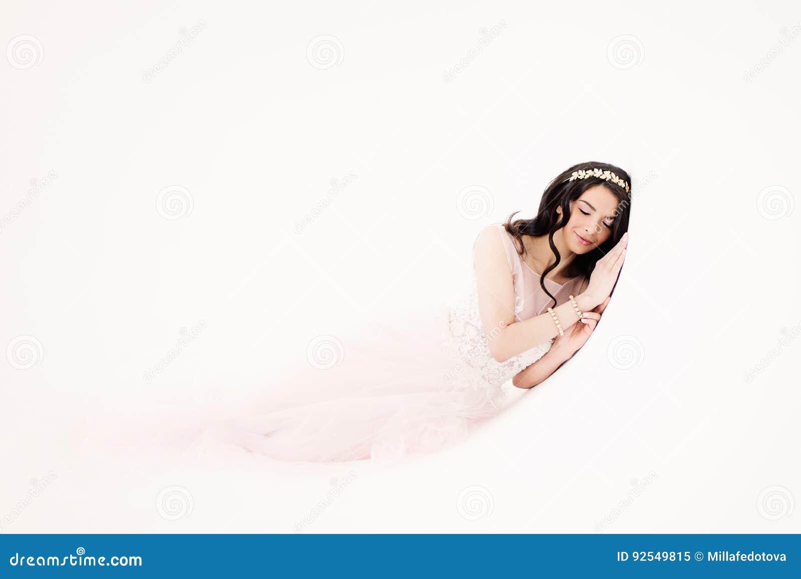 Giovane donna affascinante in vestito alla moda