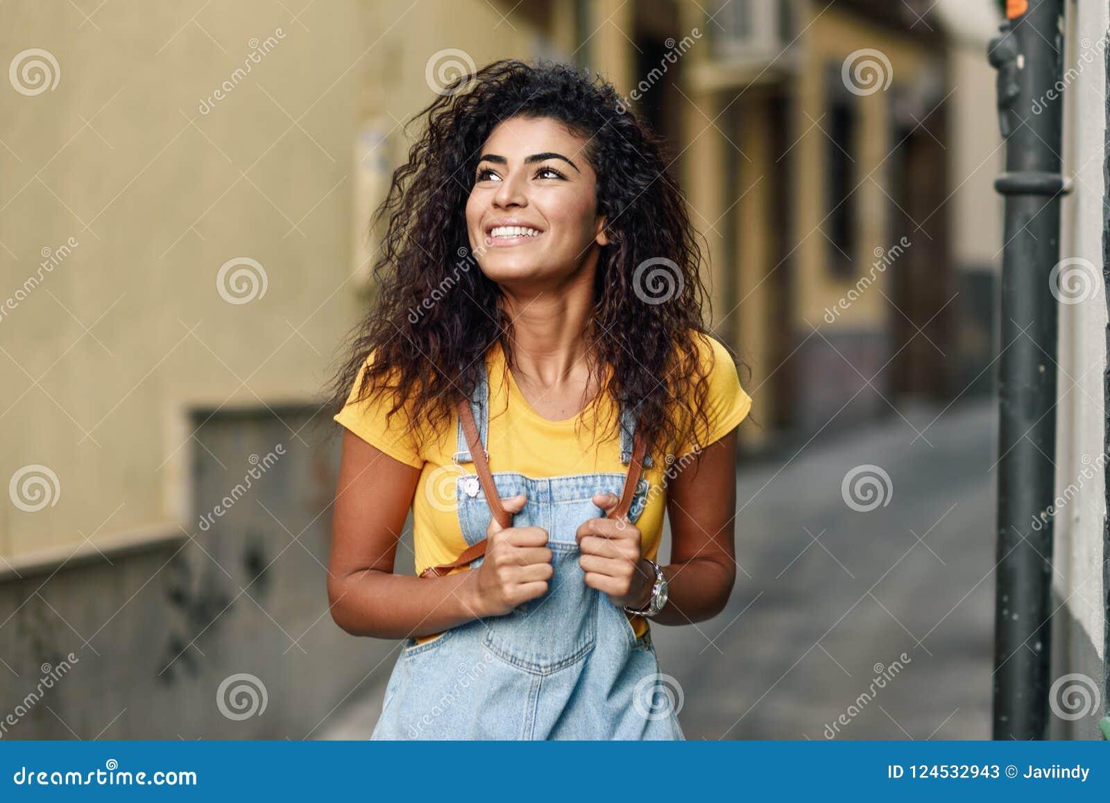 34fad216fa Giovane Donna Africana Del Nord Con L'acconciatura Riccia Nera All ...