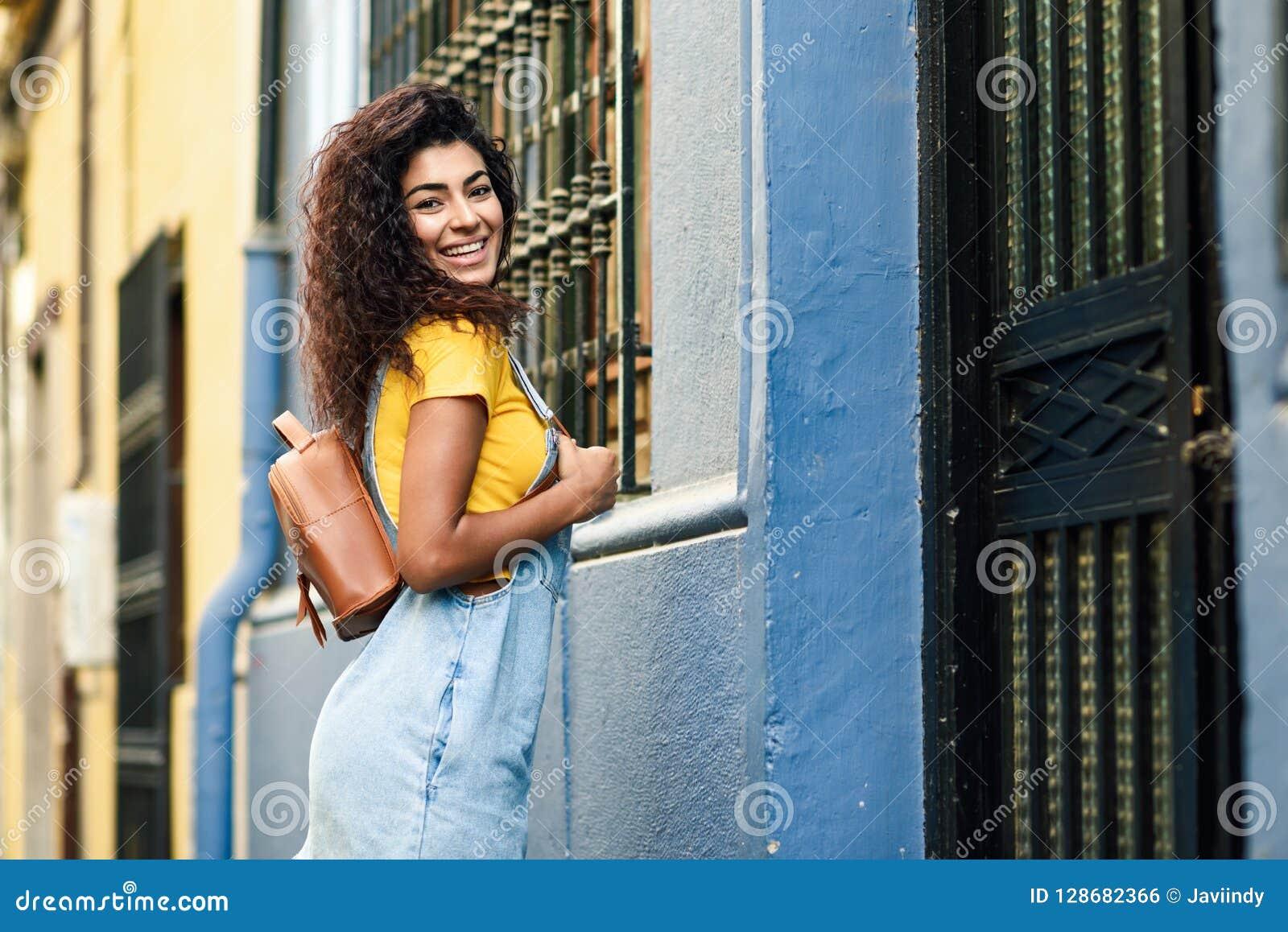 34ca146298 Giovane Donna Africana Del Nord, Modello Di Modo, All'aperto ...