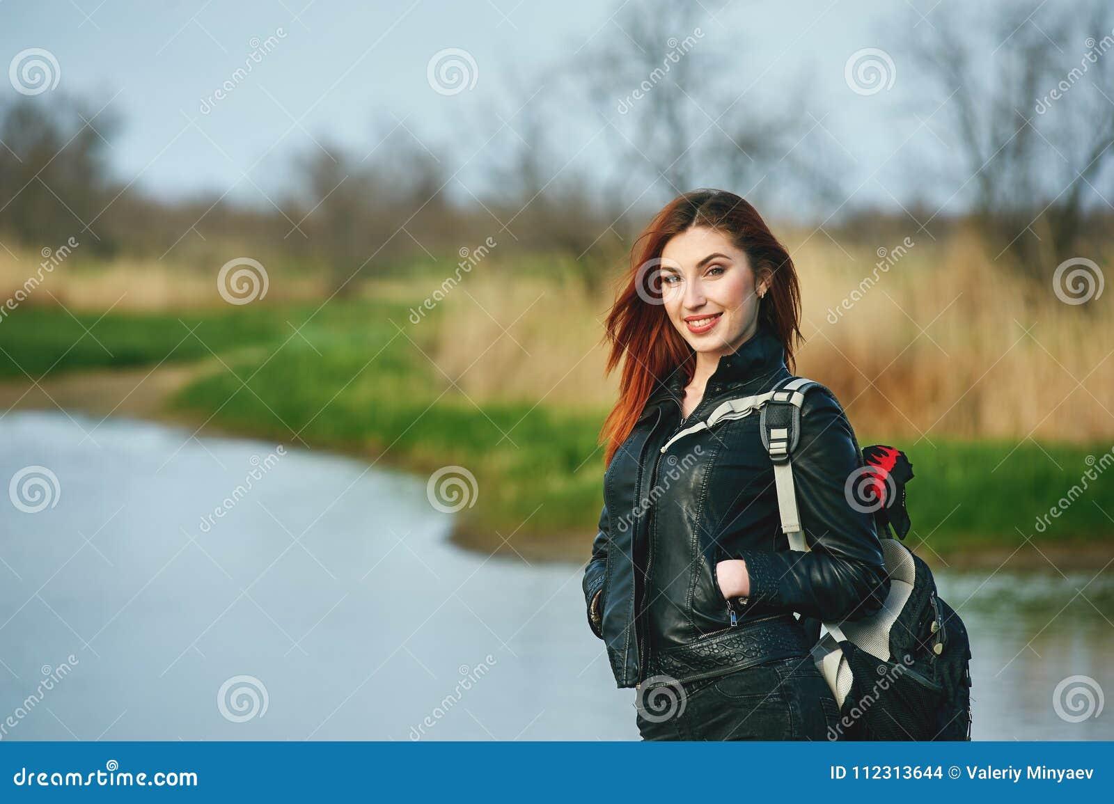 Giovane donna allegra sulla passeggiata della molla