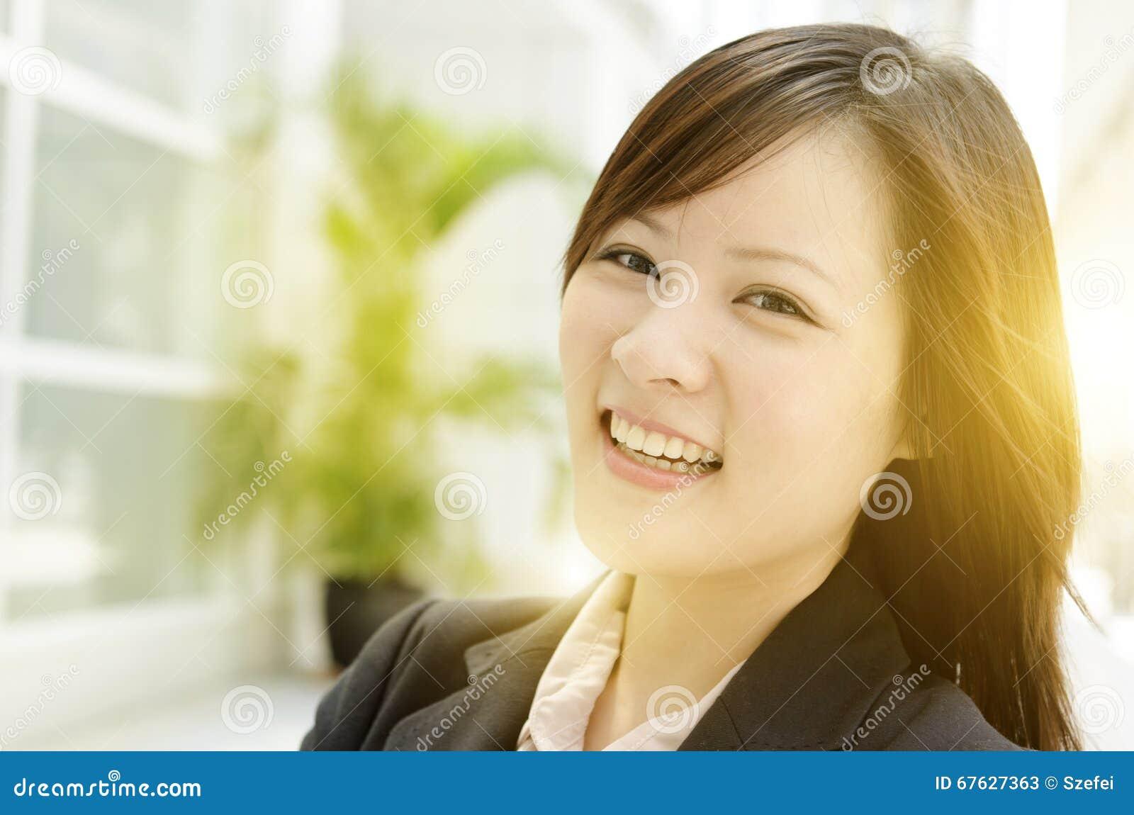 Giovane donna asiatica allegra di affari