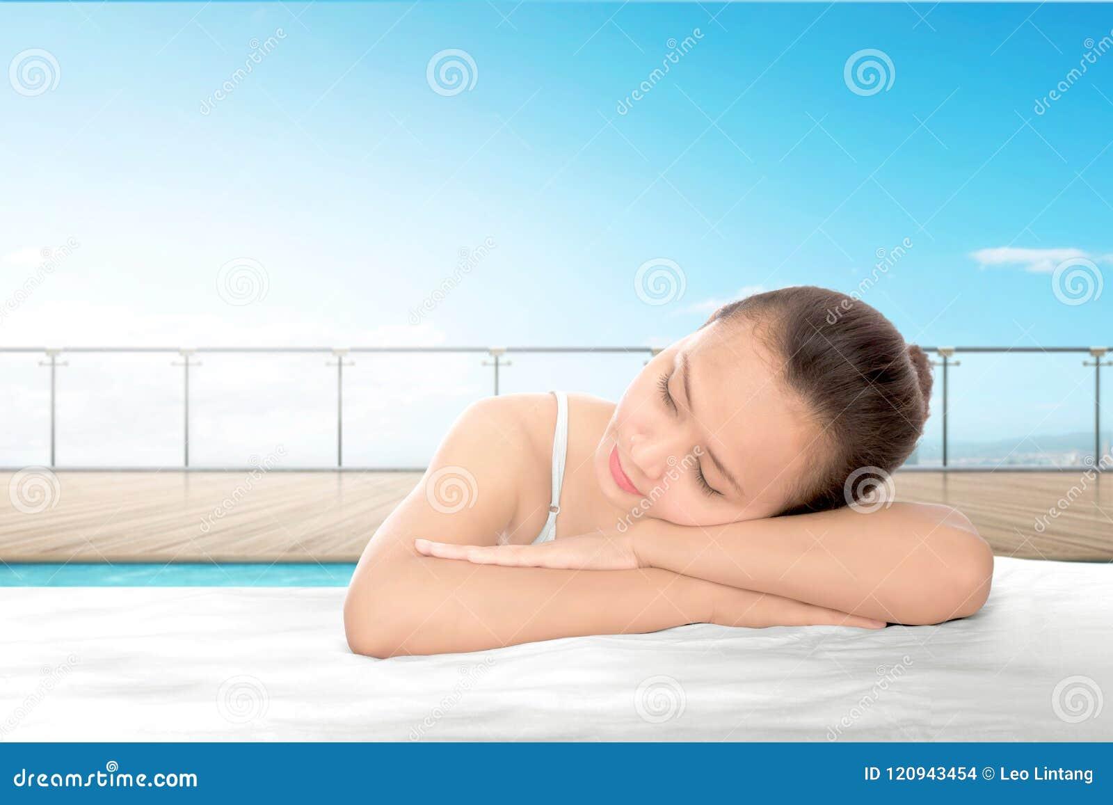 Giovane donna asiatica che si rilassa sulla mattina