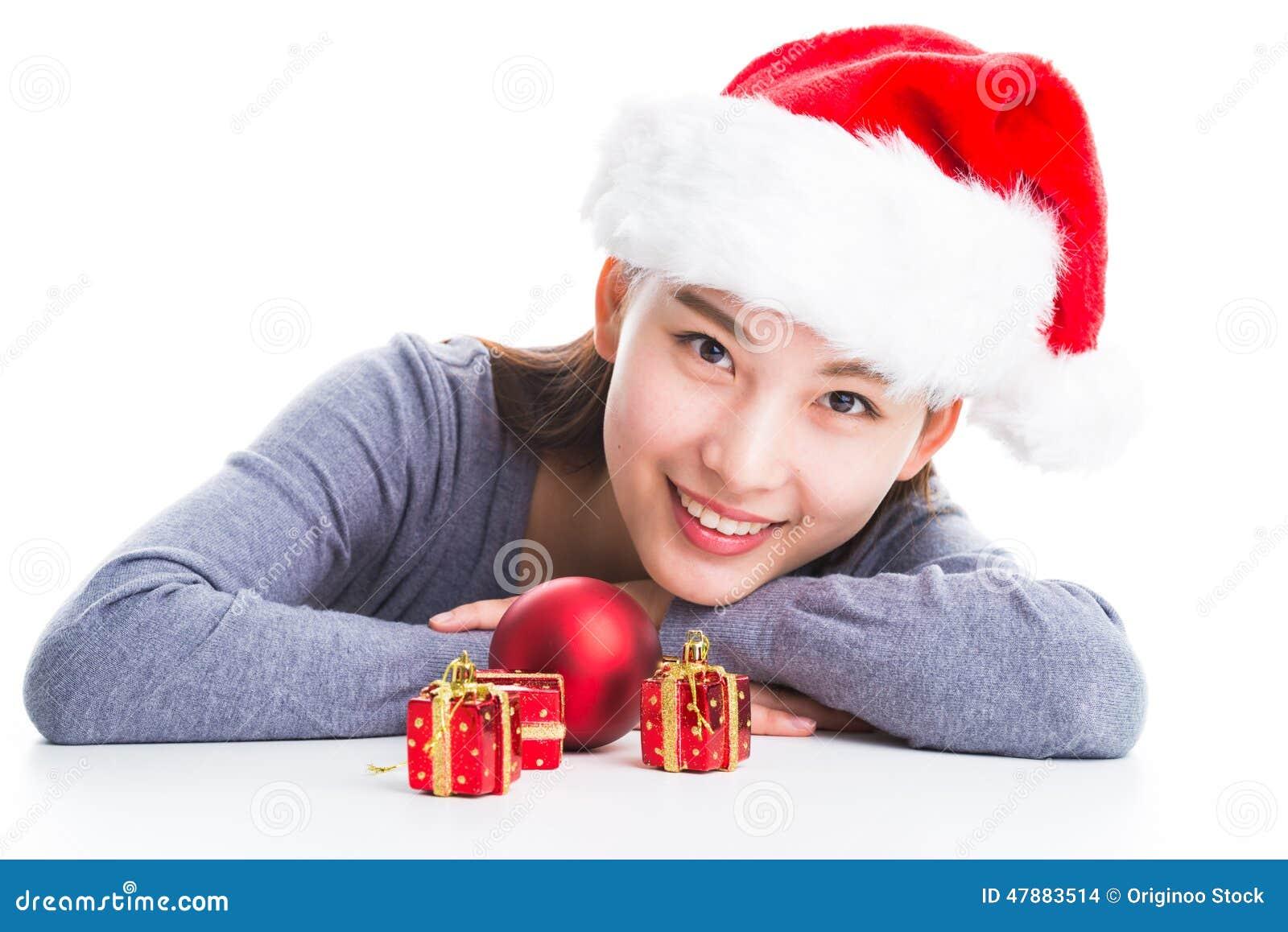 Giovane Donna Asiatica Con Il Cappello Di Natale Isolato Su Bianco ... dbfed5078680