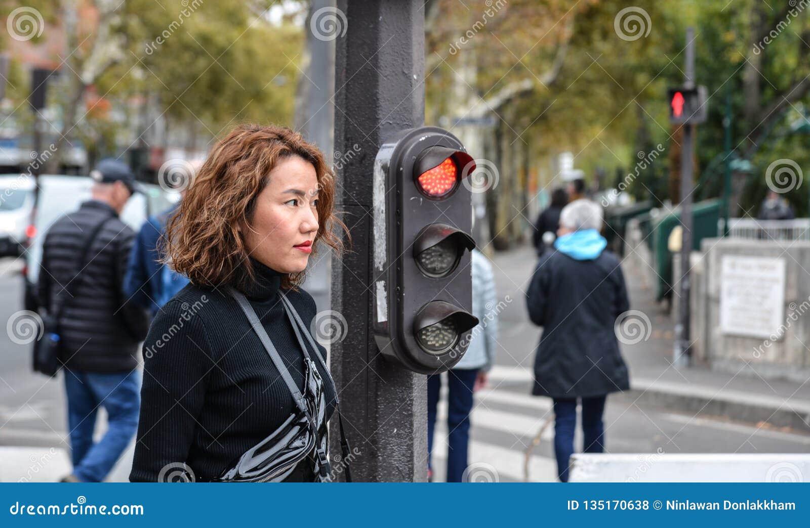 Giovane donna asiatica sulla via a Parigi