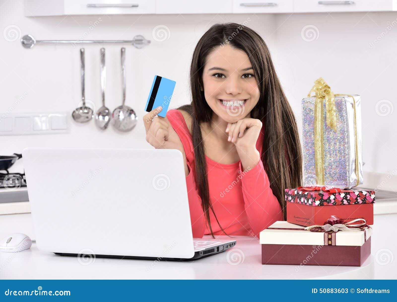 Giovane donna attraente con i contenitori di regalo