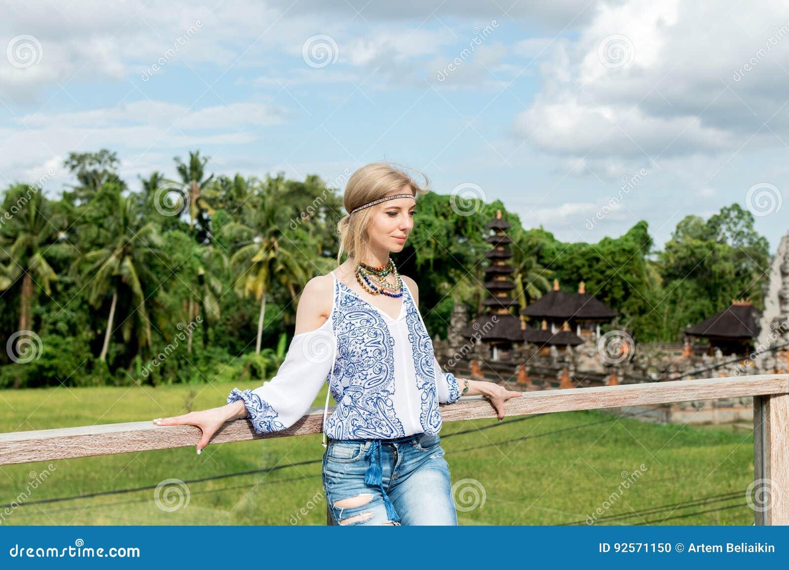 Giovane donna attraente nel sembrare etnico che posa vicino al tempio di balinese, ritratto di stile Isola tropicale Bali, lusso