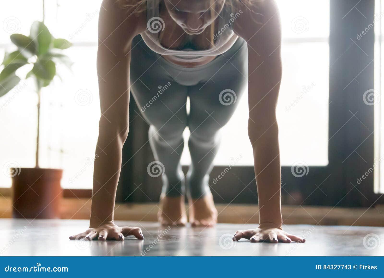 Giovane donna attraente nella posa della plancia fondo for Interno della casa