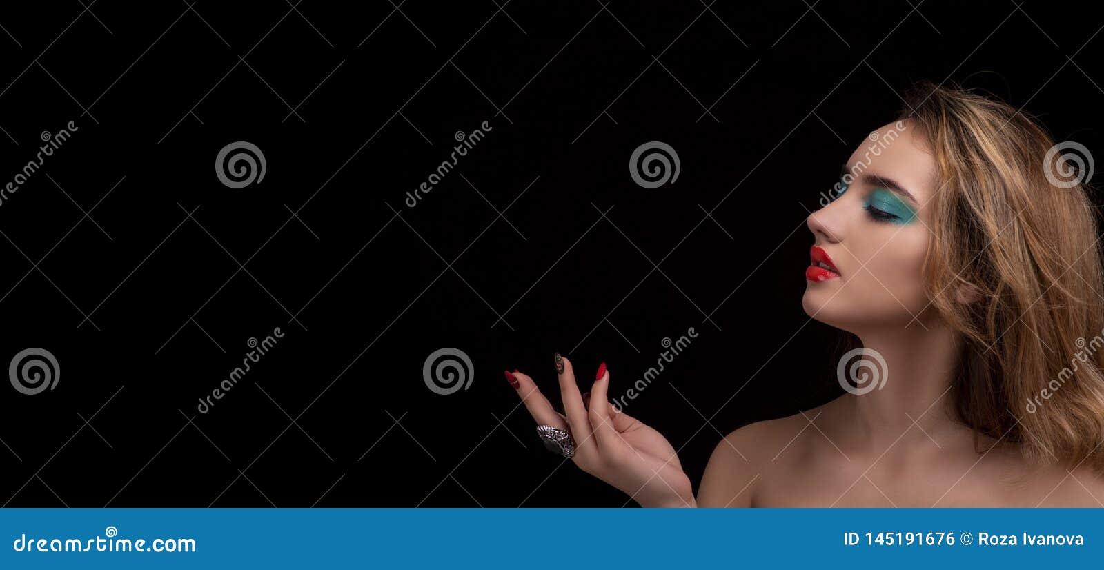 Giovane donna bionda attraente con trucco alla moda luminoso Occhi affumicati colorati con effetto bagnato della palpebra Ritratt