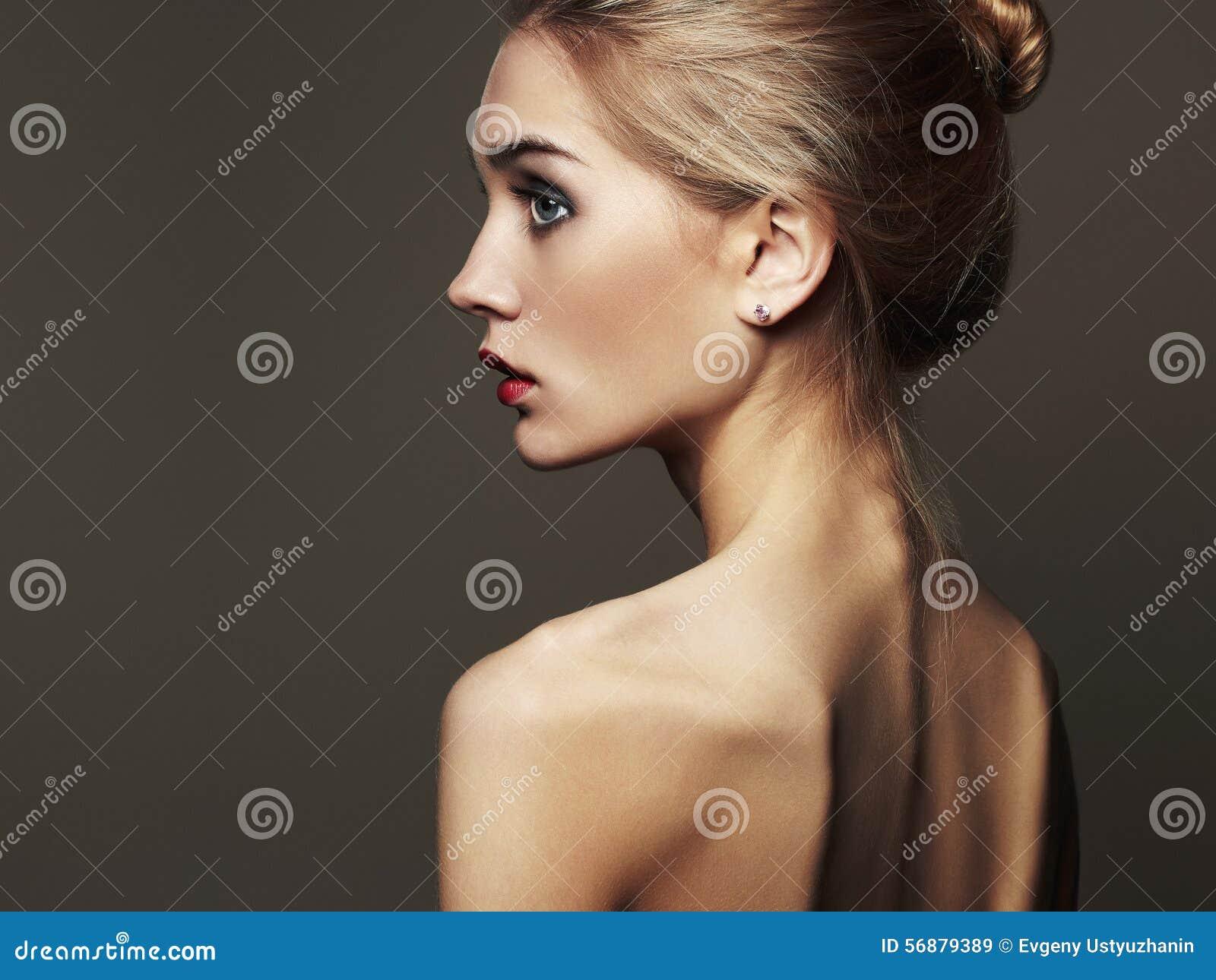 Giovane donna bionda Bella ragazza bionda ritratto di modo del primo piano