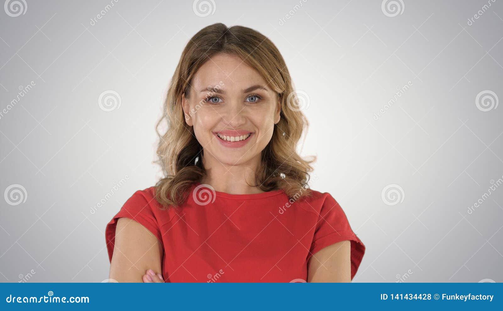 Giovane donna bionda che è cambiamento serio e poi sorridente nell umore, emozioni sul fondo di pendenza