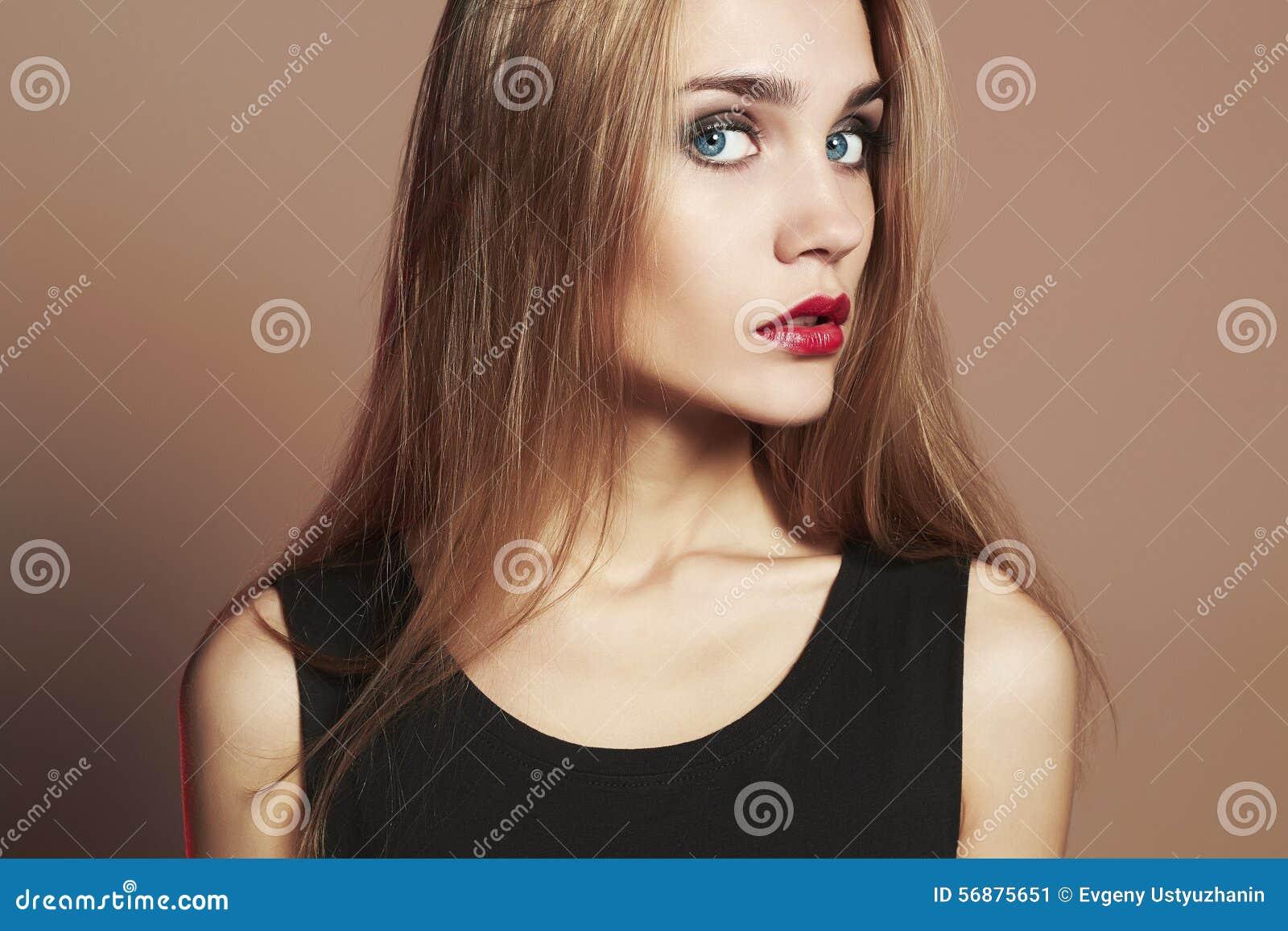 Giovane donna bionda con gli occhi azzurri Bella ragazza bionda